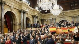 Parlamento da Catalunha aprova resolução para iniciar o processo de separação da Espanha.
