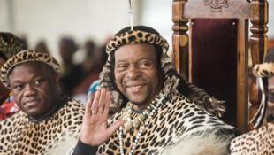 Le roi zoulou Goodwill Zwelithin (au centre), ici en septembre 2019 avec le leader du parti Inkatha Mangosuthu Buthelezi (à droite), est décédé en mars 2021 après cinquante ans de règne. Sa succession donne lieu à un conflit au sein de la famille royale zouloue.