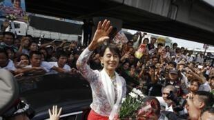 La lauréate du prix Nobel de la paix 1991, Aung San Suu Kyi. (Ici accueillie par les Birmans de Thaïlande, le 30 mai 2012 dans la province de Samut Sakhon.)