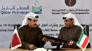 Le ministre koweïtien du pétrole, Khaled al-Fadel et  le ministre d'État du Qatar pour les affaires énergétiques, Saad al-Kaabi, après avoir signé l'accord pour importer du gaz du Qatar, le 5 janvier 2010.