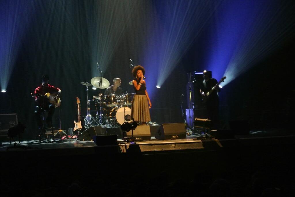 Lura em concerto no Rex em Paris.
