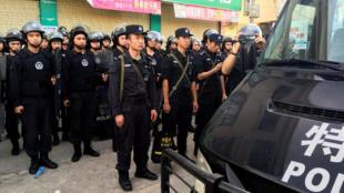 2016年6月20日,进入广东乌坎村巡逻的警察。