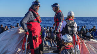 Rescuers from the Aquarius try to save as many people as possible.