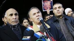 Le sénateur-maire Jacques Mahéas (au centre), le 13 novembre 2005 à Neuilly-sur-Marne lors d'une manifestation contre les violences faites au femmes