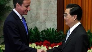 Le Premier ministre britannique David Cameron (G), arrivé à Pékin, serre la main du président chinois, Hu Jintao, le 10 novembre 2010.