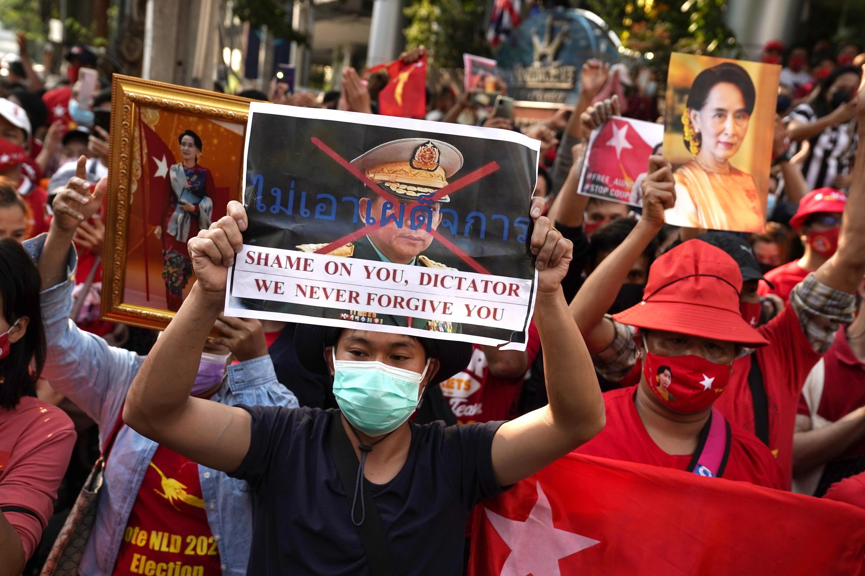 birmanie - manif en thailande 2021-02-01T094307Z_1745535680_RC2LJL9QUZW1_RTRMADP_3_MYANMAR-POLITICS-THAILAND