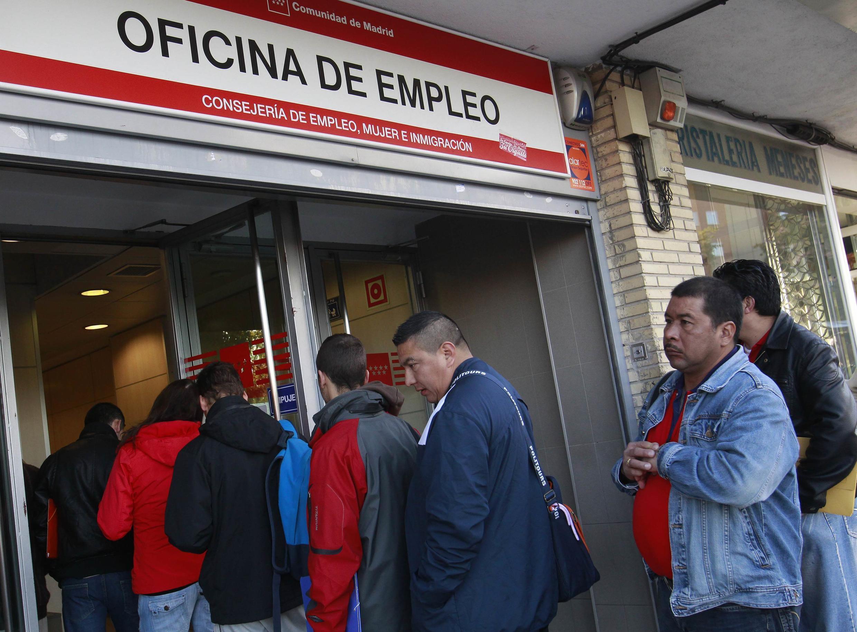 Fila de desempregados numa agência de empregos em Madri.