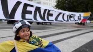 4月30日,站在反政府隊伍旗幟下的一名孩子。