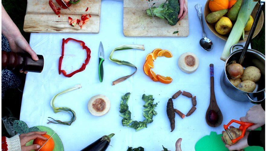 con agua, sal, especies y verduras demasiado maduras se pueden preparar ricas sopas y se lucha contra el despilfarro.