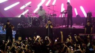 Mashrou' Leila, groupe de rock alternatif libanais, lors d'un concert au Festival international Ehdeniyat.