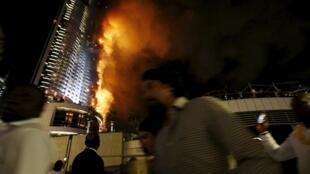 Un spectaculaire incendie s'est déclaré dans un hotel de luxe de Dubaï (l'Address Hotel), situé dans un gratte-ciel, près de la plus haute tour du monde, le 31 décembre 2015.
