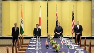 Cuộc họp Bộ Tứ ngày 06/10/2020 tại Tokyo. Từ trái sang phải: Các ngoại trưởng Ấn Độ Subrahmanyam Jaishankar, Nhật Bản Toshimitsu Motegi, Úc Marise Payne và ngoại trưởng Mỹ Mike Pompeo.