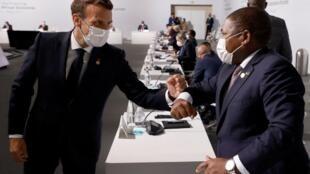 Presidentes da França, Emmanuel Macron, e de Moçambique, Filipe Nyusi, em Paris a 17 de Maio de 2021.