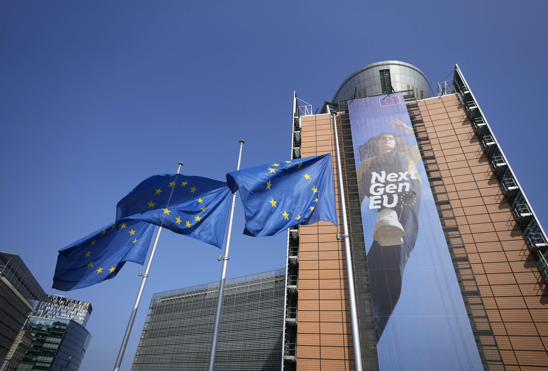 欧盟旗在其布鲁塞尔大楼门前。