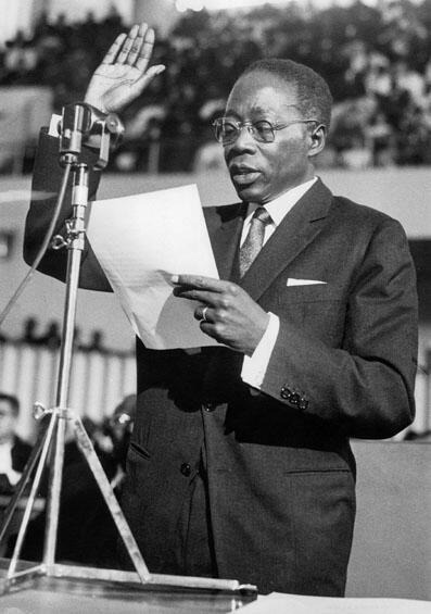 Après sa réélection, Léopold Sédar Senghor prête serment à Dakar le 9 décembre 1963.