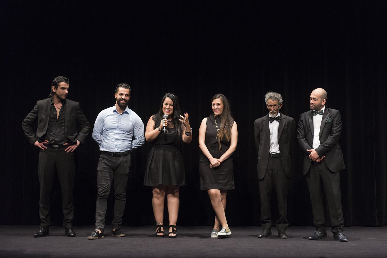 Yasmine Chouikh sur la scène de l'IMA avec toute l'équipe des comédiens.