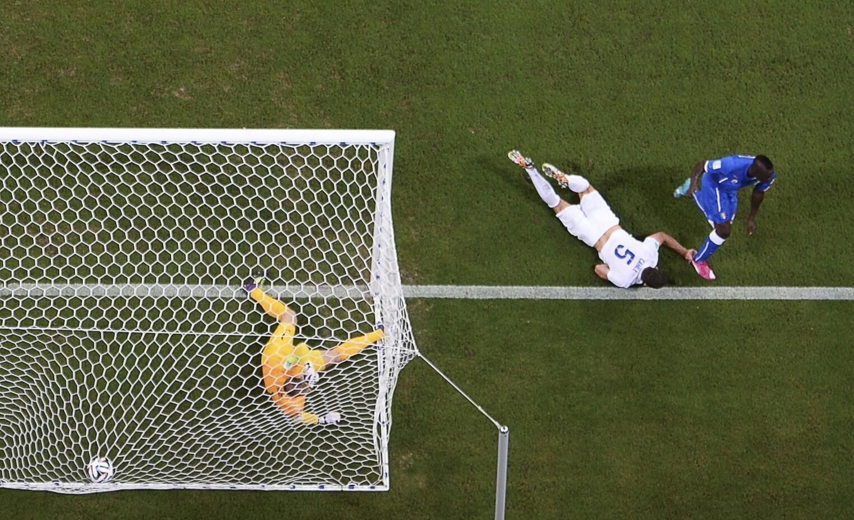 Dan wasan Italiya Mario Balotelli ya jefa kwallo a ragar Ingila