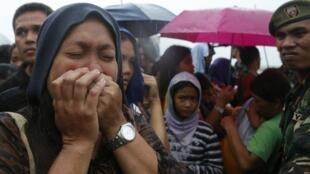 Sobreviventes do supertufão Haiyan em Tacloban, nas Filipinas, aguardam a ajuda internacional.