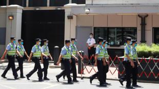 Công an Trung Quốc đi tuần trước lãnh sự quán Mỹ bị đóng cửa ở Thành Đô. Ảnh 27/07/2020.