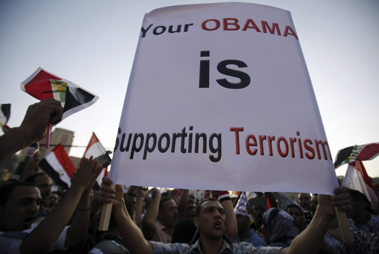 Một biểu ngữ phản đối Tổng thống Mỹ Obama, trong cuộc biểu tình của những người chống ông Mohamed Morsi tại quảng trường Tahrir, Cairo ngày 07/07/2013.