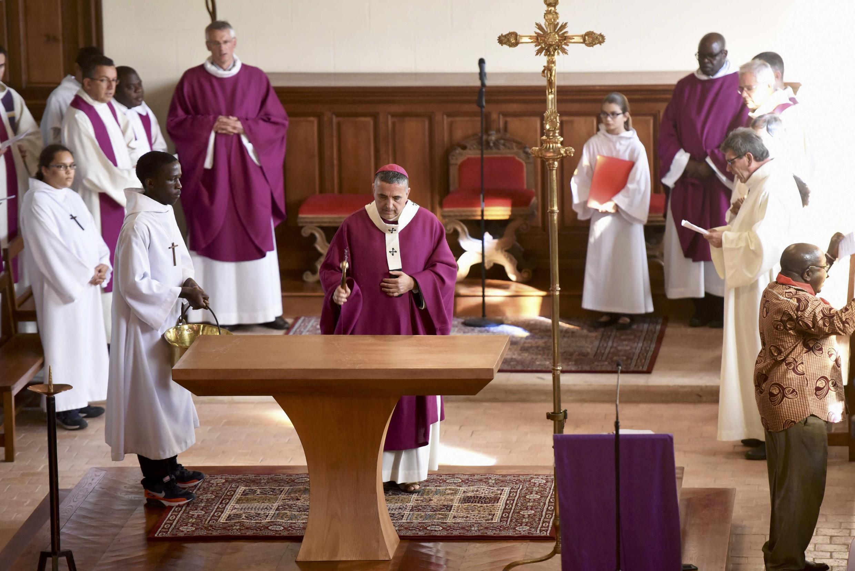 Епископ Руана Доменик Лебран проводит обряд «очищения» церкви Сент-Этьен-дю-Рувре