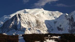 Cerca de 20.000 pessoas escalam o Mont-Blanc, a cada ano. A França lança medidas para proteger esse ecossistema.