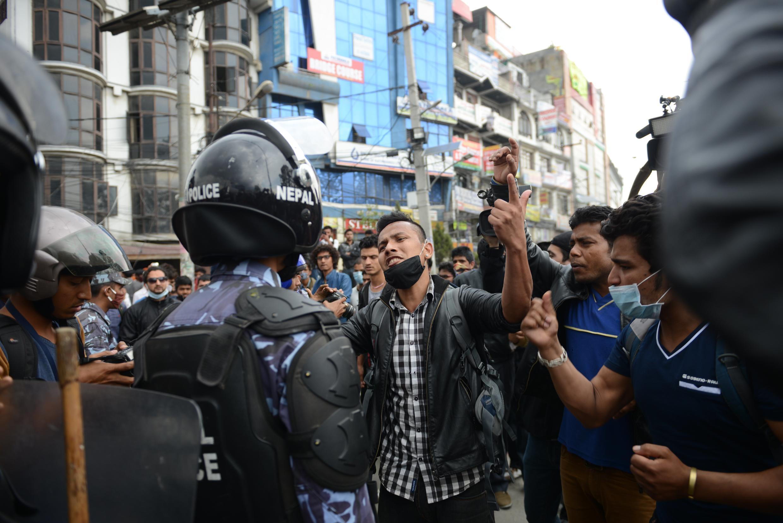 La police anti-émeute a été déployée mercredi 29 avril à Katmandou pour restaurer le calme entre les sinistrés.