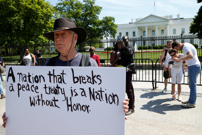 یک آمریکایی در مقابل کاخ سفید به خروج آمریکا از برجام اعتراض میکند