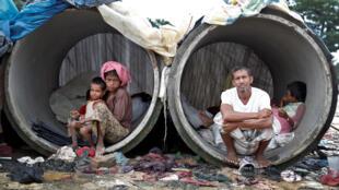 Un couple de réfugiés Rohingyas et leurs enfants à Cox's Bazar au Bangladesh, le 20 septembre 2017.