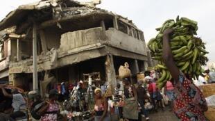Une maison détruite dans le centre de Port-au-Prince, le 9 janvier 2011.