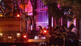 Bombeiros de New York no local da explosão, no bairro Chelsea.