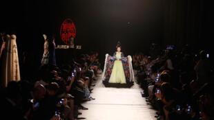 Creación del modisto Laurence Xu, desfile 'Hortensia'.