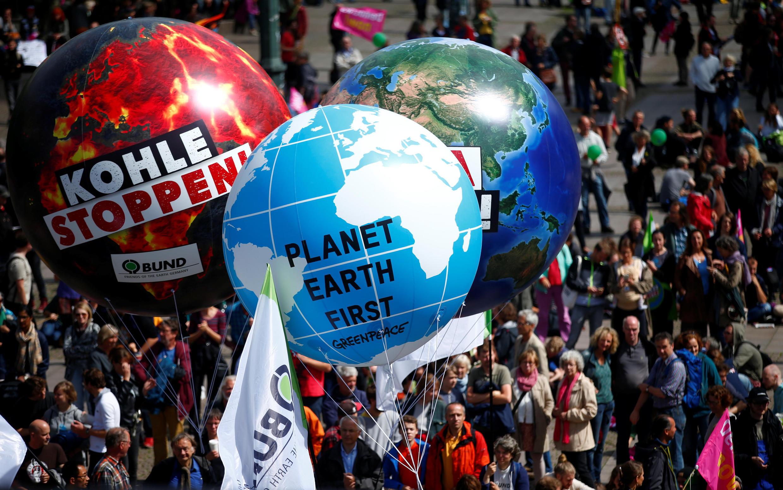 Manifestantes protestaram em frente à prefeitura de Hamburgo