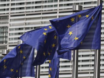 La bandera de la Unión Europea flota frente a la sede de la organización