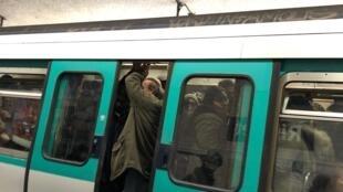 Забастовка французских транспортников против пенсионной реформы продолжается 25 дней. Парижское метро 29/12/2019