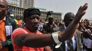 Charles Blé Goudé, alors ministre de la Jeunesse, salue la foule lors d'un rassemblement le 5 février 2011 à Abidjan.
