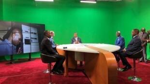 Le président Touadéra se plie à l'exercice du fond vert à l'occasion de l'inauguration des locaux rénovés de la télévision nationale, ce lundi 2 mars