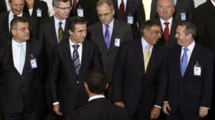 Le secrétaire général de l'Otan, Anders Fogh Rasmussen (G), le secrétaire américain à la Défense, Leon Panetta(C) et le ministre britannique de la Défense, Liam Fox Liam Fox (D), à Bruxelles le 5 octobre 2011.