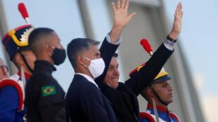 Presidente Jair Bolsonaro acena para simpatizantes no Palácio do Planalto (05/06/2020)