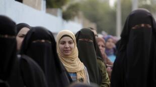Fila de eleitoras que participam da segunda fase das eleições legislativas no Egito.