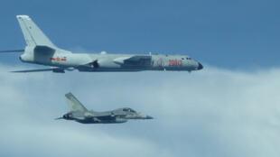 中國大陸10架戰機在20日飛越東海上空,國防部21日表示已全程掌握共軍動態,並首次發布2張由空軍拍攝的中共轟6K軍機照片。