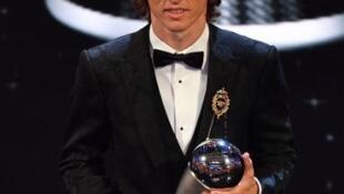 O croata Luka Modrid recebe em Londres o troféu The Best da FIFA a 24 de Setembro de 2018.