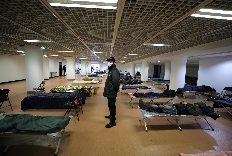 В Каннах под временный центр для бездомных переоборудовали часть Дворца фестивалей, в котором в мае обычно проходит Каннский кинофестиваль