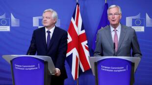 David Davis, le ministre britannique en charge du Brexit (g) et Michel Barnier  le négociateur en chef pour l'UE lanceront ce lundi 28 août le troisième round de négociations pour le Brexit.
