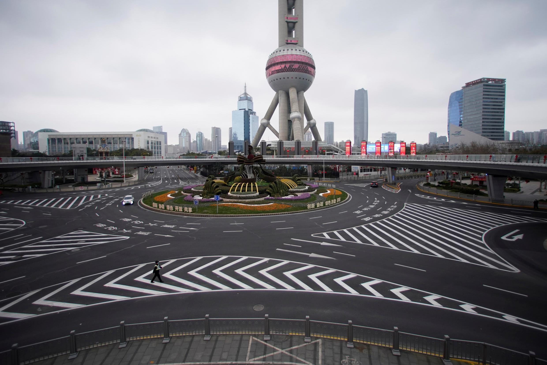Khách bộ hành duy nhất tại khu tài chính Phố Đông (Pudong), Thượng Hải là một công an viên. Ảnh chụp ngày 05/02/2020.