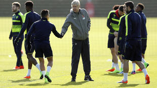 Kocha wa Arsenal, Arsene Wenger akisalimia na mchezaji wake Alexis Sanchez anayeripotiwa kutofautiana na kocha wake. Machi 6, 2017