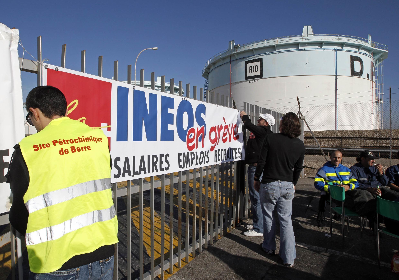 Des ouvriers grévistes de la raffinerie de Fos-sur-Mer, le 7 octobre 2010.