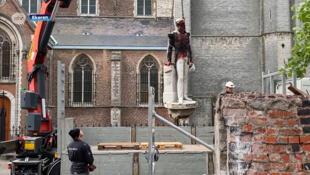 Uma estátua do rei dos belgas Leopoldo II, figura controversa do passado colonial da Bélgica, foi retirada, na terça-feira, de uma praça pública em Antuérpia