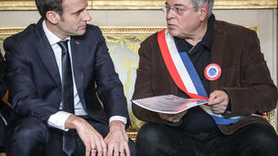 圖為法國總統馬克龍2019年1月14日於總統府會見法國市長協會主席貝爾貝里安轉交全國第一批公民意見彙集。