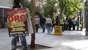 Los compradores de oro se han convertido en parte del paisaje urbano en numerosas plazas españolas, como los actores y los músicos callejeros.